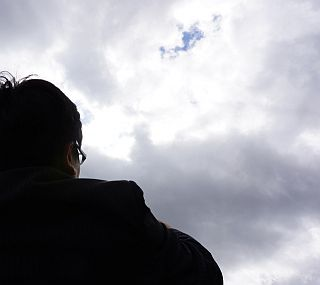 空を見上げるサラリーマン
